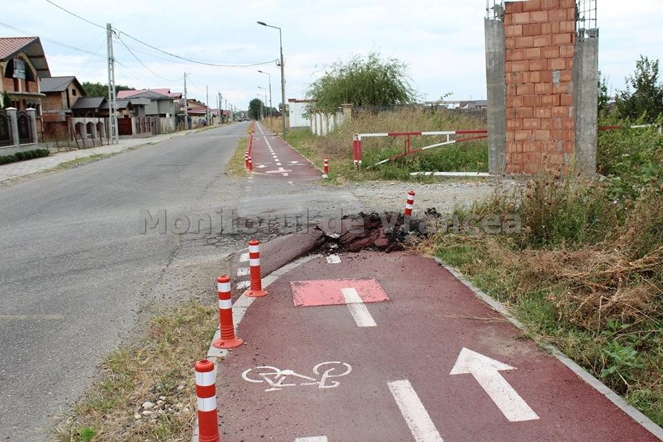 Pista de biciclete spre Crângul Petrești, deteriorată de utilajele grele de construcții