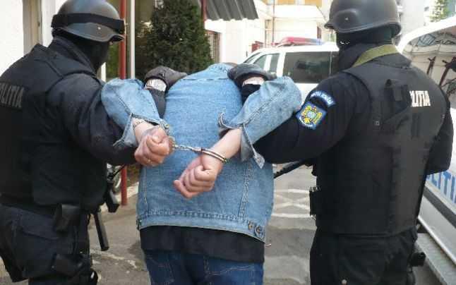 """Bărbat arestat după ce s-a """"războit"""" cu şapte poliţişti; fratele lui este cercetat sub control judiciar"""
