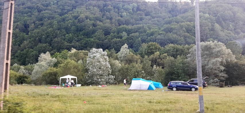 Reportaj din Munții Vrancei. Cu rulota sau cortul, aproape de Mănăstirea Lepșa; punte de sticlă peste Cascada Putnei